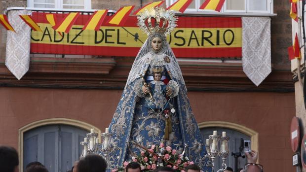 La Virgen del Rosario, recorre estos días las calles de Cádiz