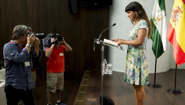 La coordinadora de Podemos, Teresa Rodríguez, durnate la rueda de prensa tras su reunión en San Telmo
