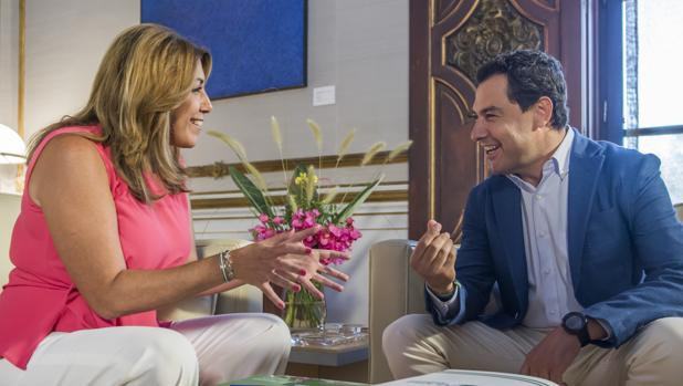 Susana Díaz y Juanma Moreno charlan animadamente durante la reunión en San Telmo
