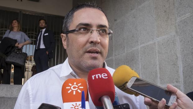 Aníbal Domínguez en la puerta de los juzgados