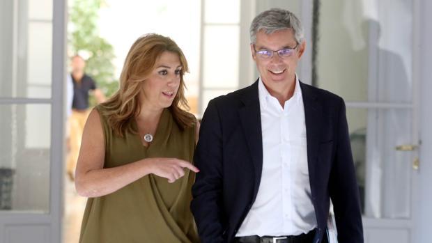 Susana Díaz junto al portavoz del Gobierno, Juan Carlos Blanco