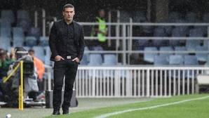 Luis Carrión soporta la lluvia en la banda del Mini Estadi