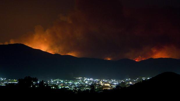 Imagen del incendio de La Granada de Riotinto tras la localidad de Nerva (Huelva)