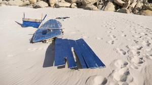 Restos de una patera en la playa virgen del Cañuelo