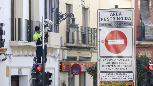 Instalación de una cámara de tráfico en el Centro