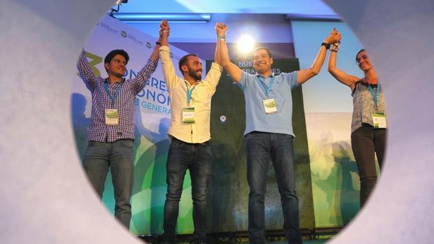 Juanma Moreno con los representantes de Nuevas Generaciones
