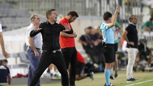 Luis Carrión pide presión a sus jugadores durante la cita ante el Real Zaragoza