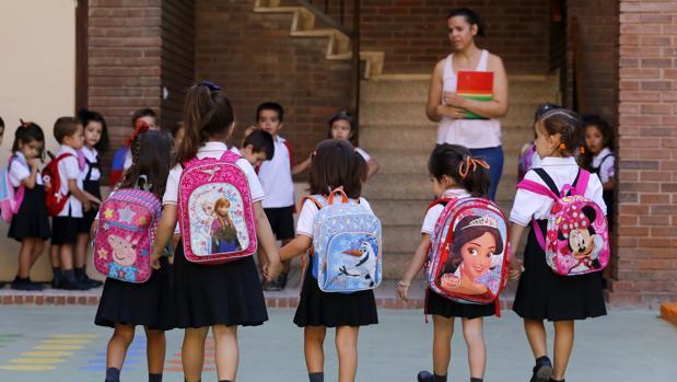 Un grupo de niños entrando en su centro escolar esta mañana