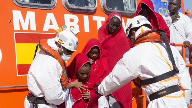 Llegada de un grupo de inmigrantes rescatados por Salvamento Marítimo en Motril