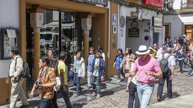 Un grupo de turistas disfrutan del buen tiempo en Córdoba