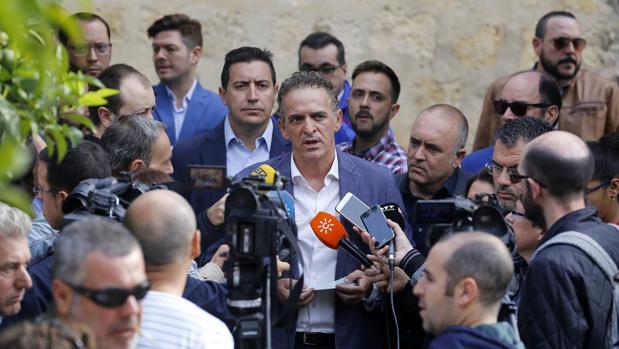 Los presidentes de Córdoba Apetece, Alberto Rosales, y Hostetur (detrás) en una comparecencia