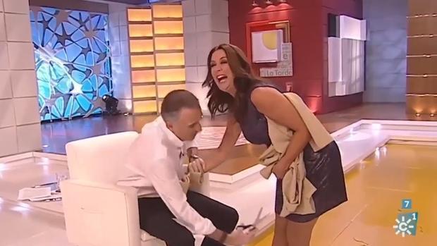 Momento en el que el presentador cortaba la falda a su compañera
