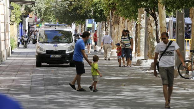 Patrulla policial por el Bulevar Gran Capitán