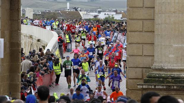 Llegada de centenares de corredores en la última edición de la Media de Córdoba