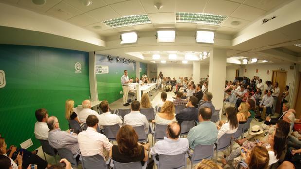 Juanma Moreno durante la reunión de la Junta Directiva Regional celebrada este lunes