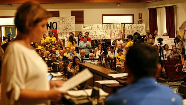 Un momento de la protesta en el pleno de hoy