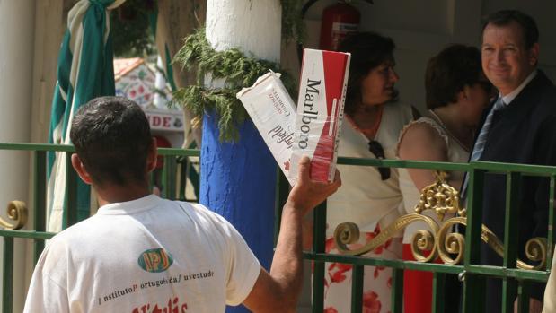 Um hombre ofrece tabaco en la Feria de Sevilla
