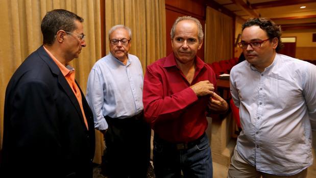 El portavoz de Ganemos, flanqueado por ediles socialitas y el secretario del Pleno en el último Pleno