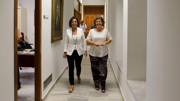 La alcaldesa, junto a Alba Doblas, en la ronda de reuniones