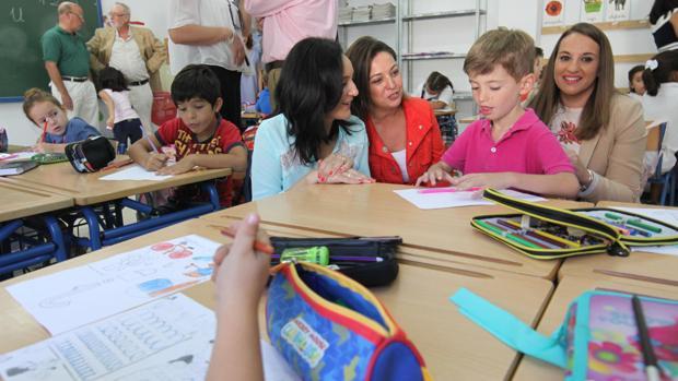 La alcaldesa y las delegadas de la Junta, en la inauguración del curso en el colegio Salvador Vinuesa