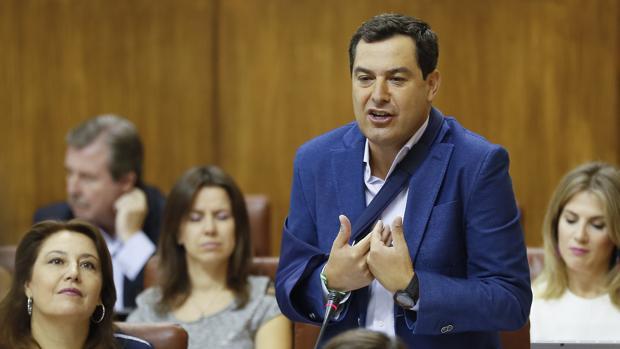 Juanma Moreno durante su intervención en la sesión de control