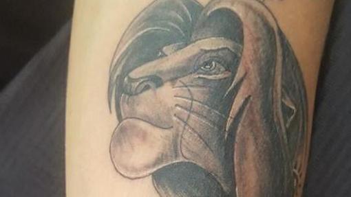 Un tatuaje de El Rey León realizado en Alegna Tattoo