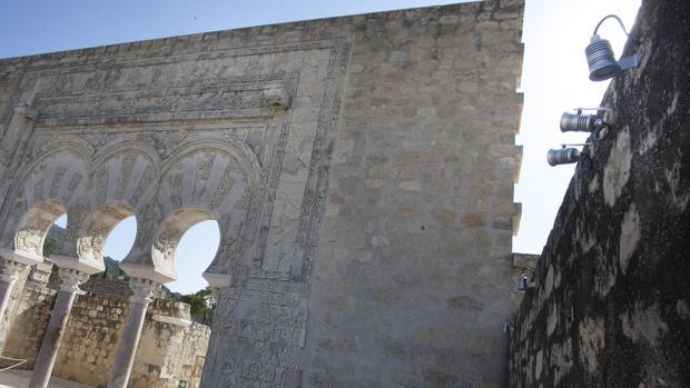 Detalle (a la derecha) de algunos de los focos instalados en Medina Azahara