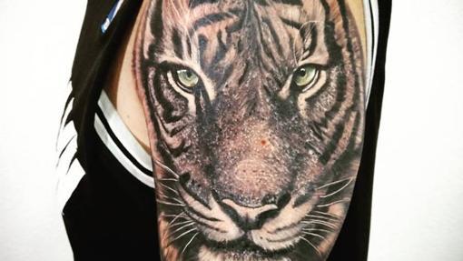 Rostro de tigre tatuado en el brazo de un cliente de Tatto 4 Ever
