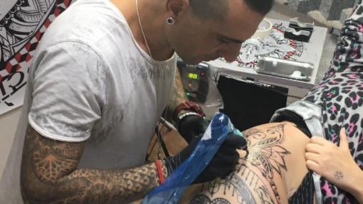 Tatuador de El Sol trabajando