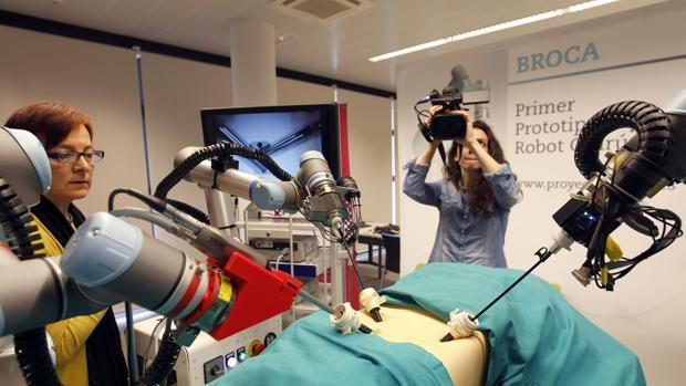 Presentación del robot quirúrgico en marzo de 2015