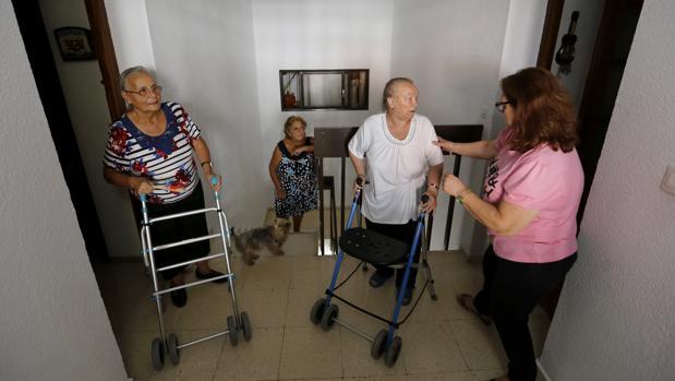 Vecinas en un bloque de Virgen Milagrosa, que sufre los incumplientos de la Junta en ayudas para ascensores