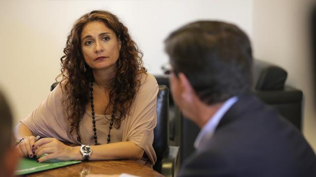 La consejera de Hacienda, María Jesús Montero, con Juan Marín en la primera reunión para negociar la reforma del impuesto de Sucesiones