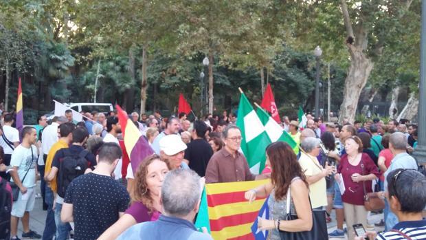 Manifestantes ante la Subdelegación del Gobierno en Sevilla en defensa del referéndum ilegal en Cataluña