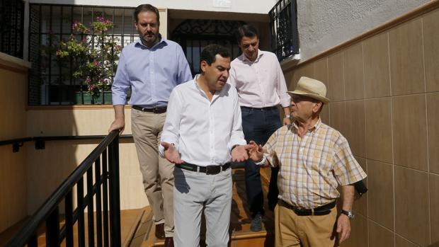 Moreno conversa con un vecino durante su visita a Córdoba