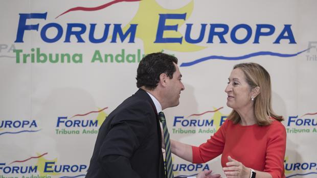 Juanma Moreno saluda a Ana Pastor, que ha presentado su conferencia en Málaga