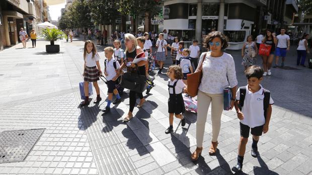 Niños caminando por Cruz Conde de camino a un colegio del Centro