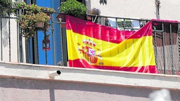 Una bandera española colgada en un balcón