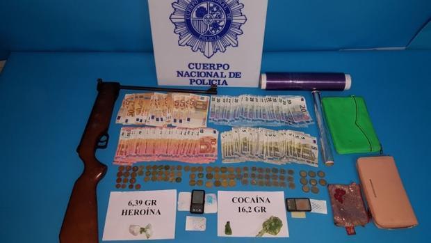 La droga, el dinero en efectivo y otros utensilios incautados por la Policía Nacional en Linares
