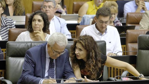 Jiménez Barrios y María Jesús Montero en el Parlamento el miércoles