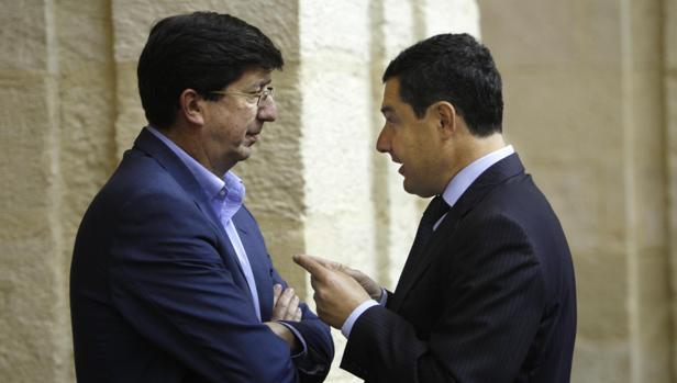 Marín y Moreno conversan en el salón de Plenos del Parlamento durante una sesión de abril de 2016