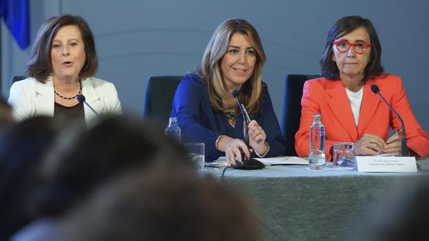 La presidenta andaluza, Susana Díaz, acompañada por las consejeras de Justicia e Interior, Rosa Aguilar (d), y de Igualdad y Políticas Sociales, María José Sánchez Rubio