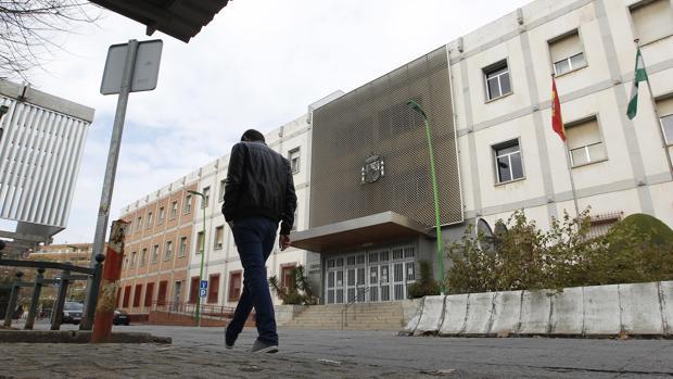 Un hombre pasa frente al edificio de los juzgados