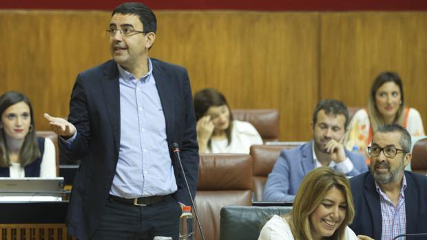 El portavoz socialista, Mario Jiménez, ha criticado duramente al líder de la oposición, Juanma Moreno