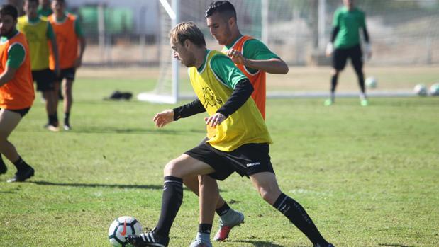 Javi Lara, uno de los capitanes del Córdoba CF, conduce el balón