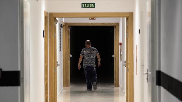 Uno de los trabajadores que están realizando la mudanza de la Ciudad de la Justicia de Córdoba