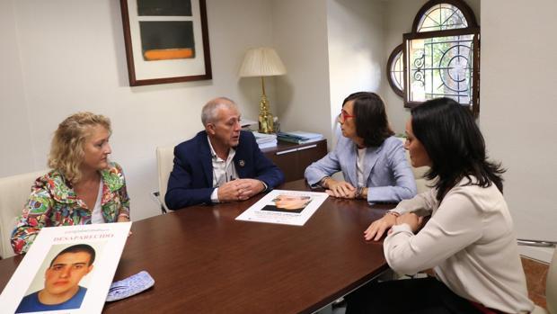 La consejera de Justicia, ayer con los padres de Paco Molina