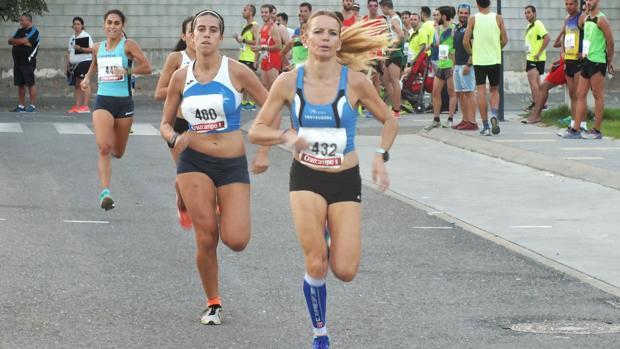 Raquel Hernández (en primer plano), durante la carrera