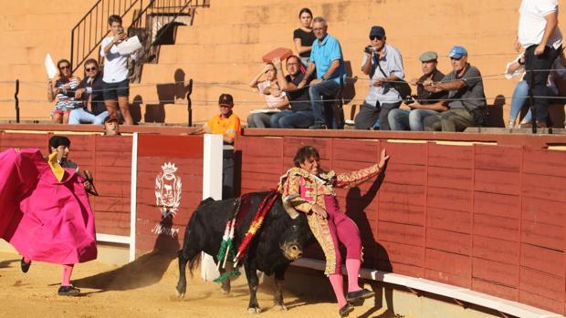 """Momento de un susto para el diestro Manuel Díaz """"El Cordobés"""" en Montoro"""