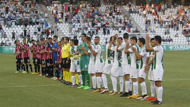 Los jugadores del Córdoba, sobre el campo