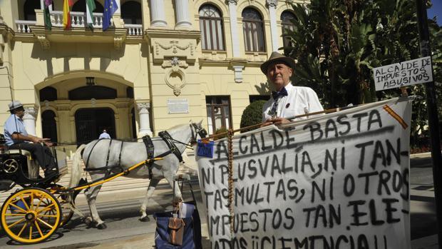 Antonio Cortés, afectado por las plusvalías por herencia, se manifiesta ante el Ayuntamiento de Málaga